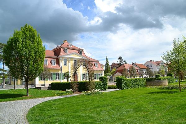 Blick auf schicke Häuser mit viel Grün im Vordergrund