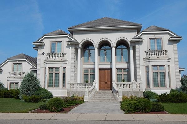 Graue Villa mit schwarzem Dach und Vorgarten im Premium-Bereich