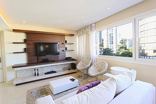 Hochwertig ausgestattetes Wohnzimmer mit grossen Fenstern